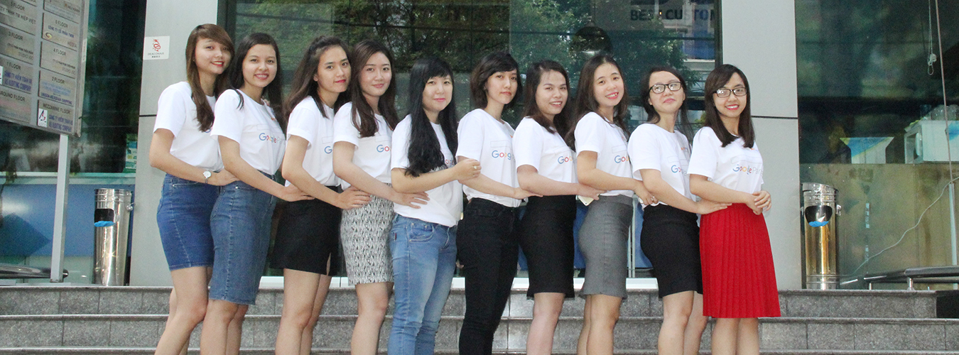 Anh Nguyễn Thành Sơn cùng toàn thể nhân viên AdsPlus chụp ảnh lưu niệm trước VP 63A Võ Văn Tần, chào năm mới 2016