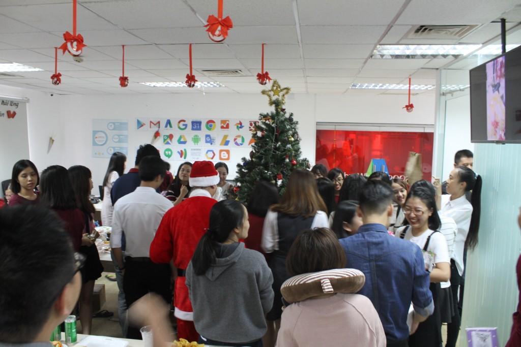 Toàn thể nhân viên Adsplus chụp ảnh lưu niệm Giáng sinh ngày 22/12/2017 kèm tiết mục bốc thăm trao quà chéo vui vẻ ấm cúng.